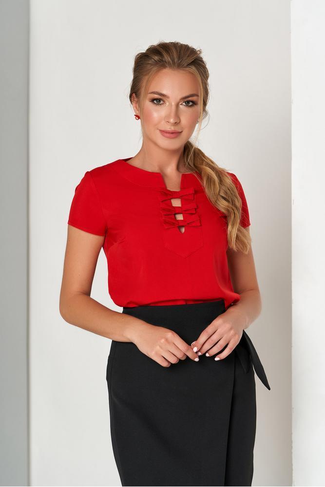 Красная женская блузка в офисном стиле