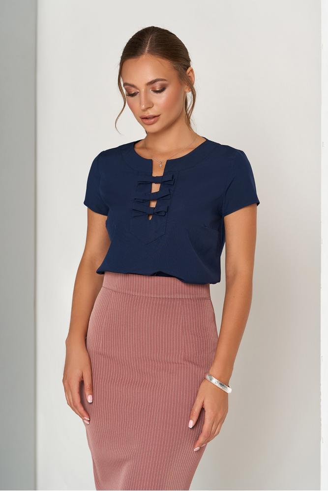 Синяя женская блузка в офисном стиле