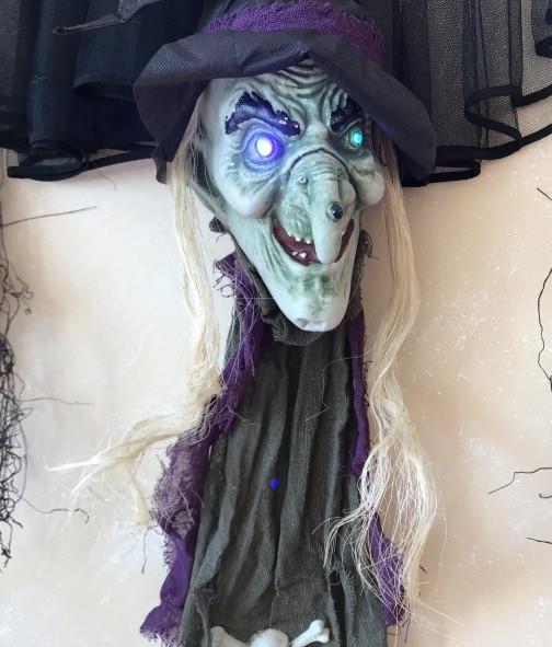 Голова ведьмы с светящимися глазами