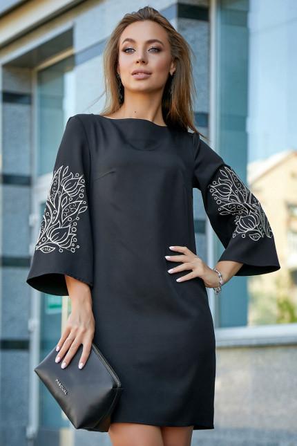 Платье выше колен прямого кроя с вышивкой цвет черный