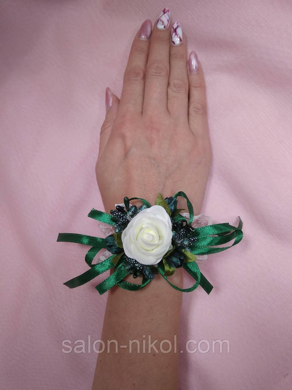 Браслет из цветов на руку свидетельнице (маленькая роза бархат айвори-изумруд).
