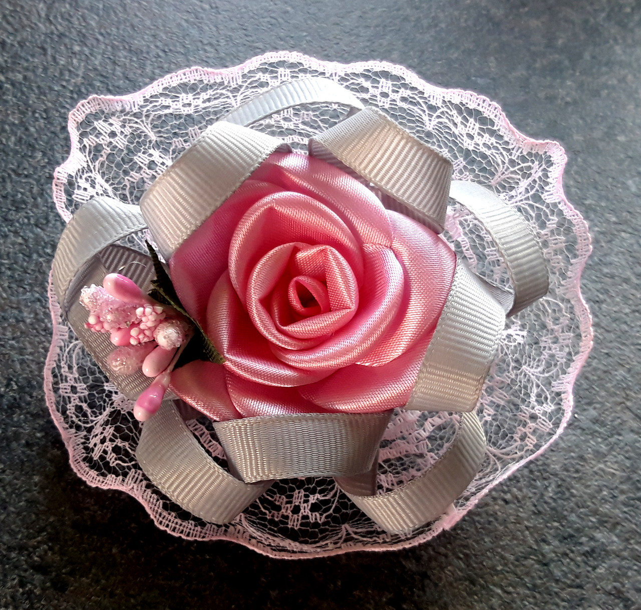 Бант на резинке розовая роза, диаметр 8 см