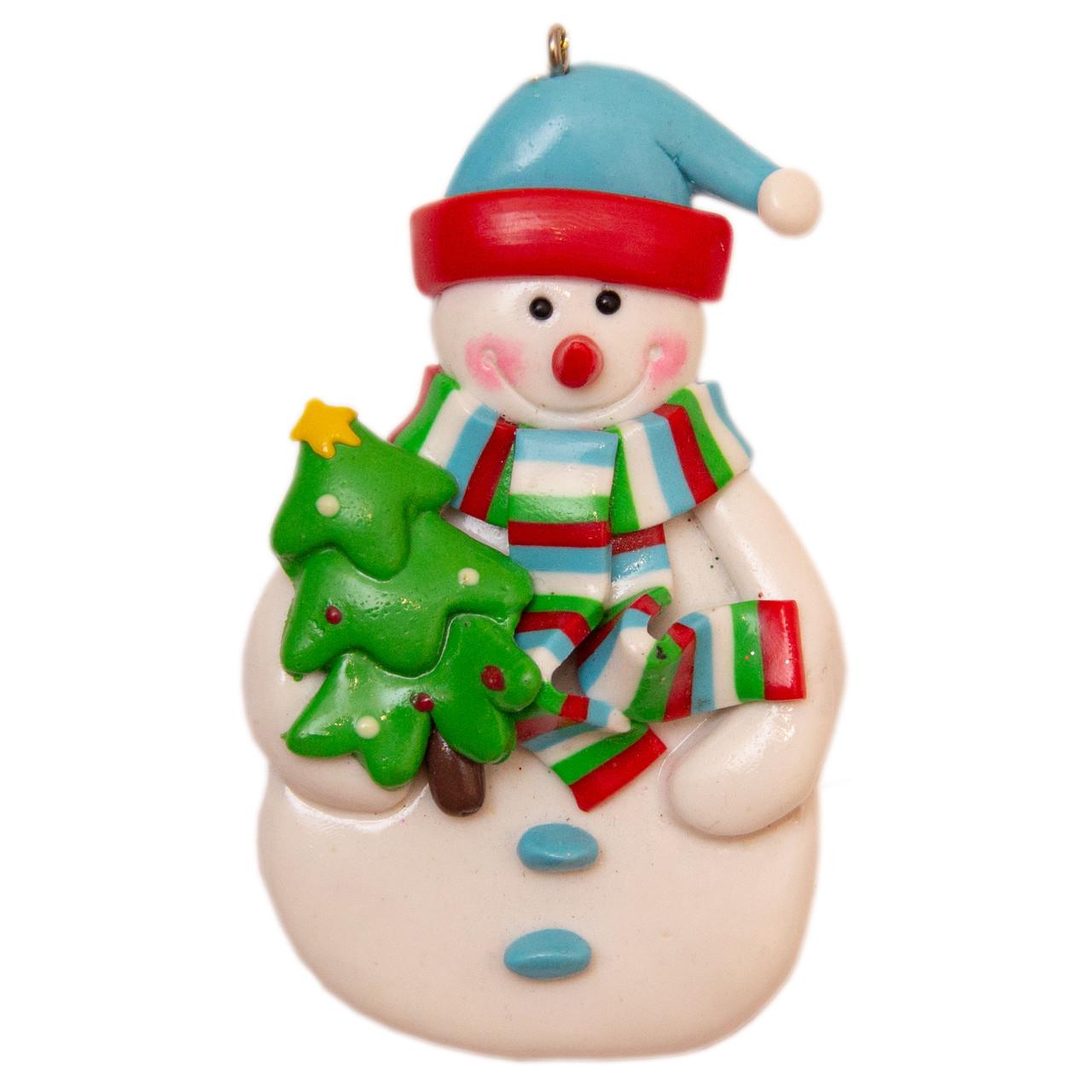 Елочная игрушка глиняная сувенирная Снеговик с елкой 9 см (000371-4)