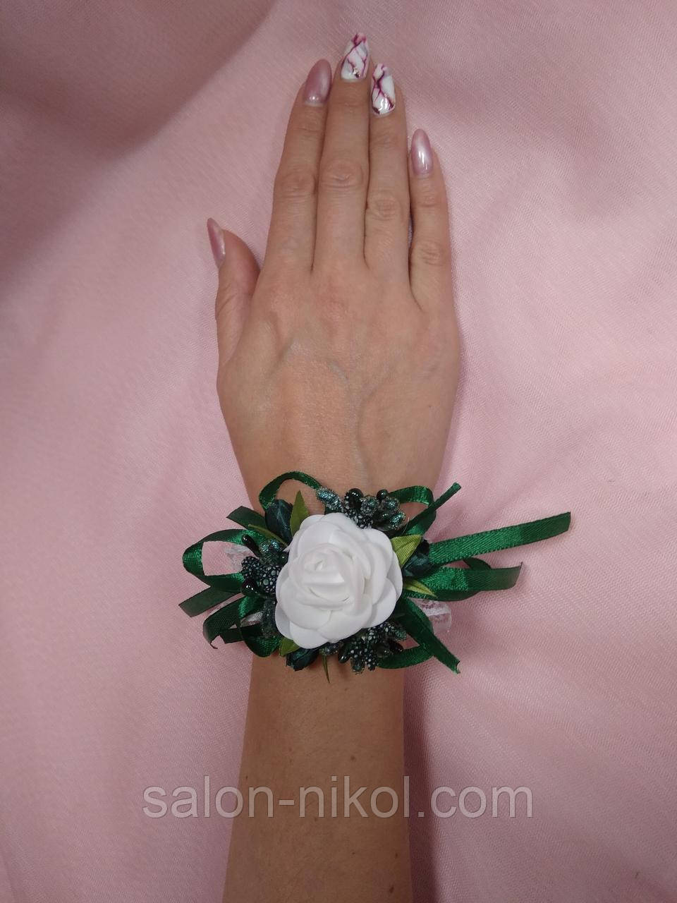 Браслет из цветов на руку свидетельнице (маленькая белая роза бархат изумруд).