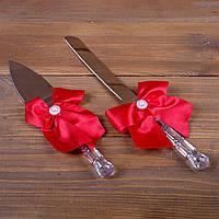 Свадебные приборы для торта с красными бантами