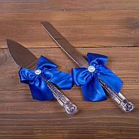 Свадебные приборы для торта с синими бантами