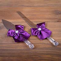 Свадебные приборы для торта с фиолетовыми бантами