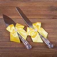 Свадебные приборы для торта с жёлтыми бантами