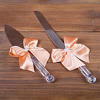 Свадебные приборы для торта с персиковыми лентами