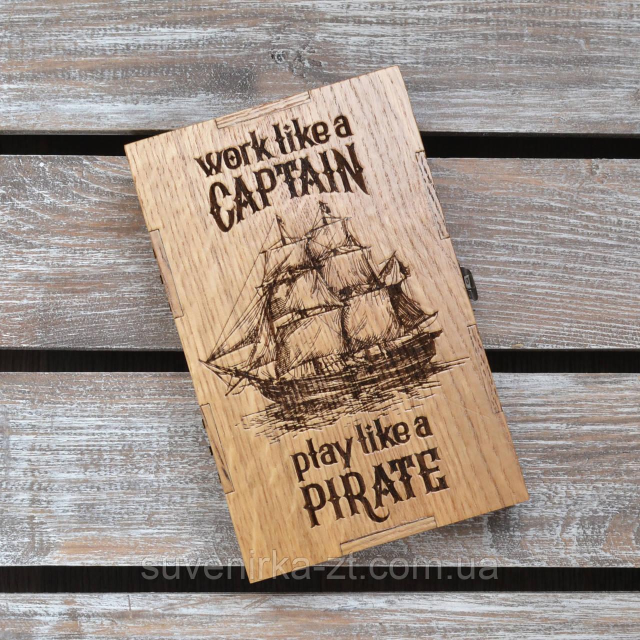 Дубовая коробка. Работай как капитан, отдыхай как пират. Виски и сигара в подарок. (А00802)