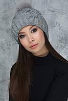 Вязаная шапочка с песцовым помпоном Гламур темно-серого цвета