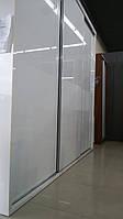 Белый глянцевый шкаф купе с современной системой дверей slim
