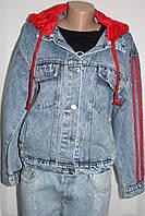 Женская джинсовая куртка, с красным трикотажным капюшоном