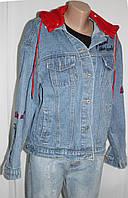 Куртка женская джинсовая, с красным трикотажным капюшоном и с надписями