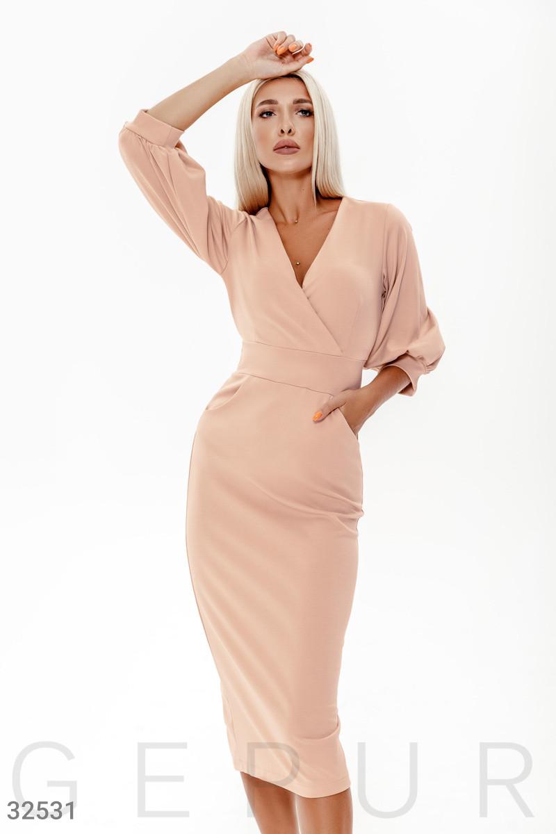 Трикотажное платье-футляр длины миди бежевое