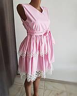 Летнее розовое платье с кружевом в форме ромашек