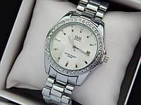 Женские наручные часы Q&Q серебристого цвета с камушками вокруг циферблата, отображение даты