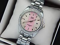Женские наручные часы Q&Q с камушками, серебро с розовой полосой на циферблате, дата, фото 1