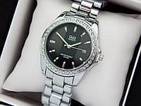Q&Q - жіночі наручні годинники з камінчиками, срібло з чорною смугою на циферблаті, дата, фото 1