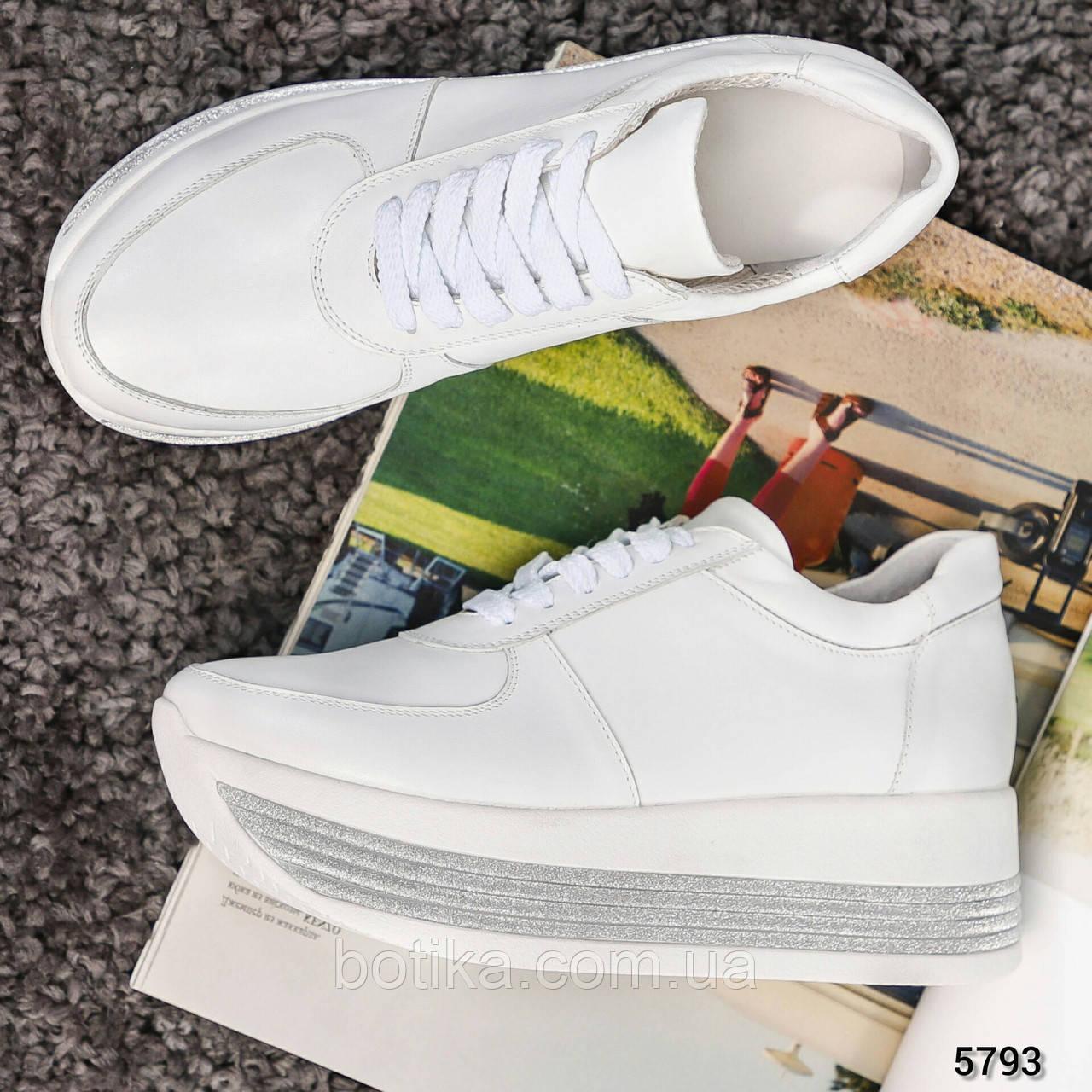 Стильные белые кроссовки женские на декорированной подошве