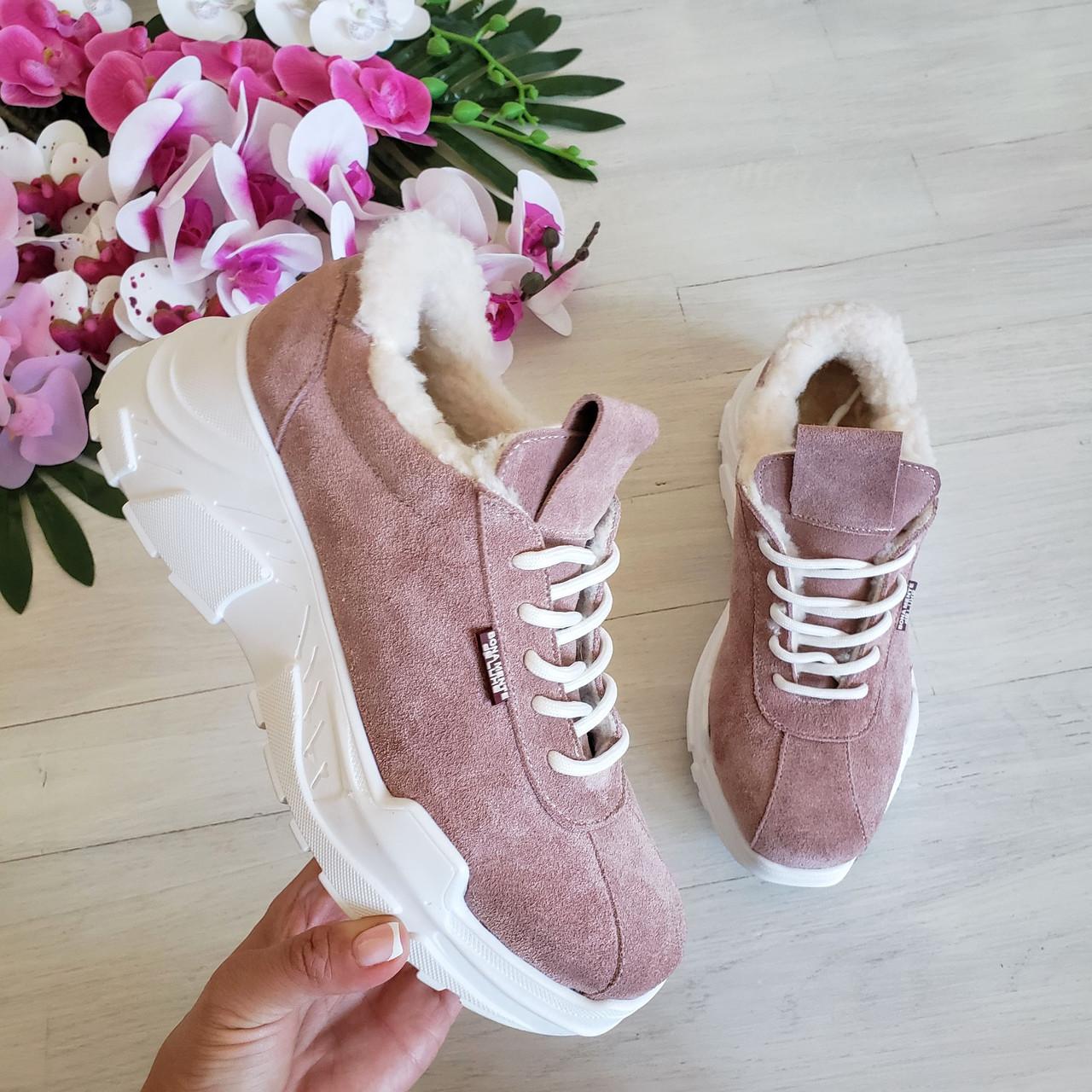 Женские зимние замшевые кроссовки на высокой подошве (пудра)