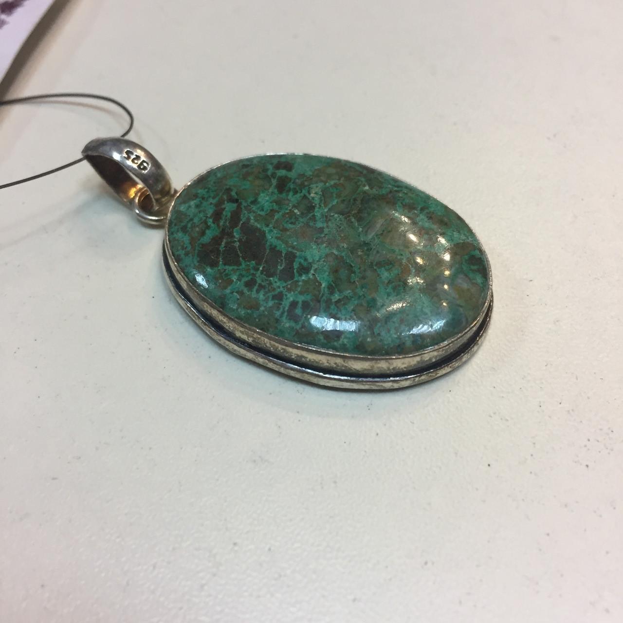 Красивый кулон с камнем хризоколла в серебре.