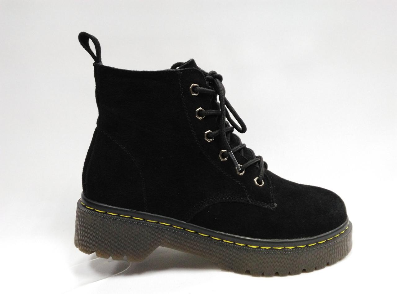 Ботиночки на толстой подошве со шнурками и молнией.