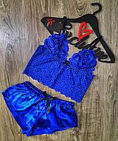 Кружевной топ-браллет и атласные шорты-пижама.