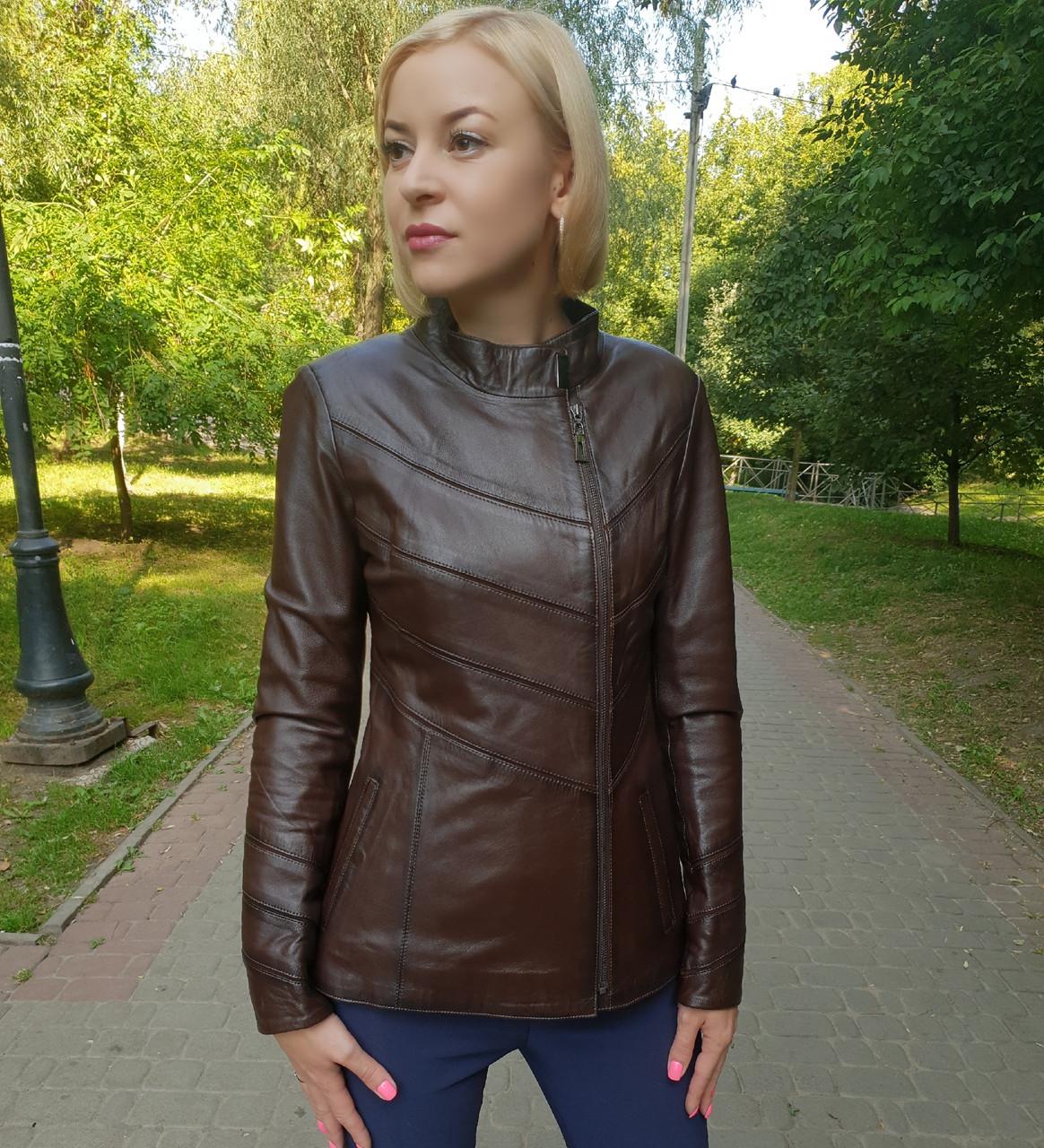 Женская весенняя кожаная куртка коричневая