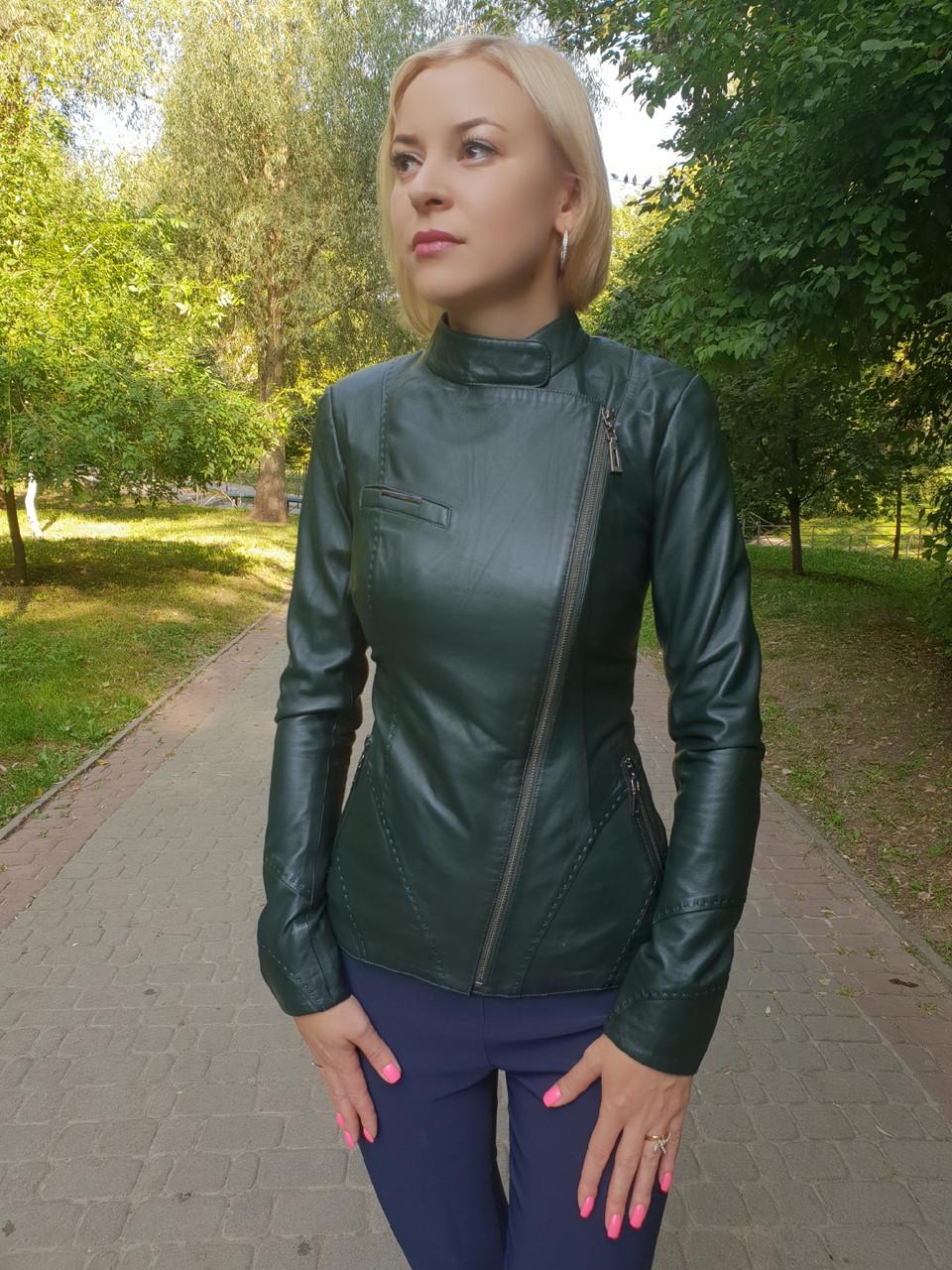Женская зеленая кожаная куртка
