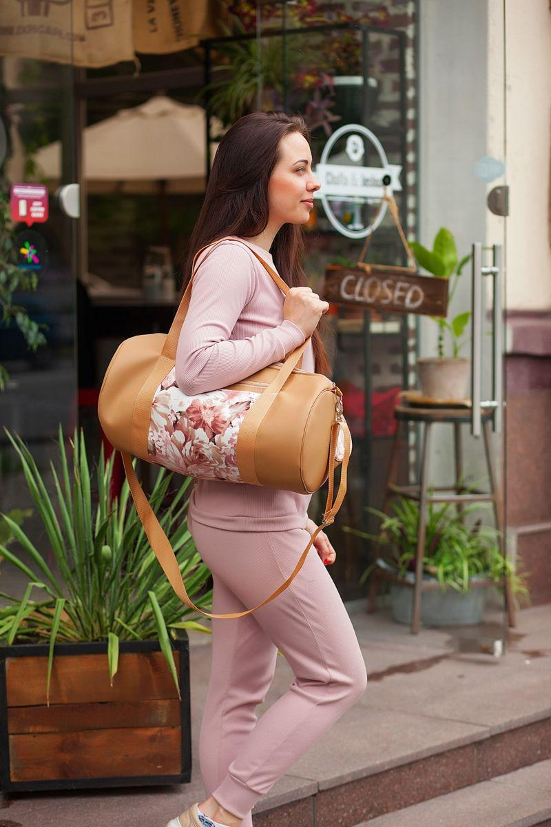 Женская спортивная сумка из экокожи бежевая с цветами E012
