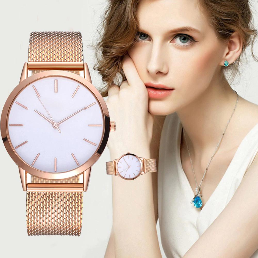 Наручные часы с золотистым ремешком