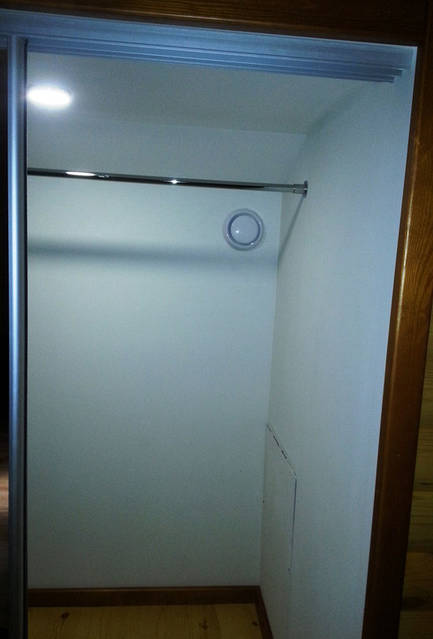 Клапан забора воздуха в гардеробе.