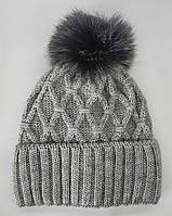 Шапка женская зимняя с меховым бубоном. На флисе. Цвет: светло-серый. Люрекс.