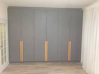 Большой шкаф в спальную комнату с распашными дверями