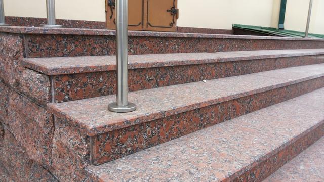Гранітні сходи та каміни
