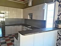 Угловая кухня с барной стойкой и витриной