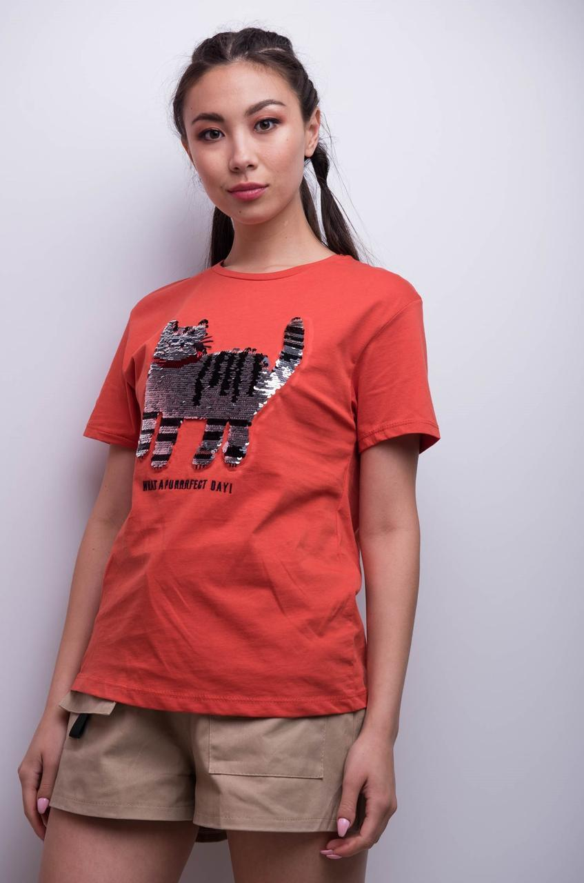 Красная женская футболка с рисунком кота tez7617242