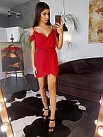 Красное платье с имитацией запаха и кружевной отделкой