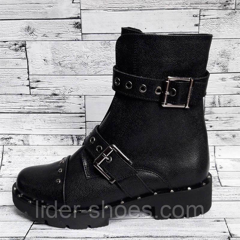 Стильные женские ботинки на низком каблуке