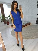 Кружевное платье-футляр без рукавов синего цвета