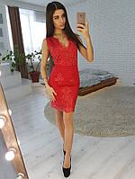 Кружевное платье-футляр без рукавов красного цвета