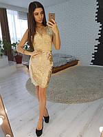 Кружевное платье-футляр без рукавов золотистого цвета