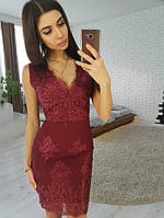 Кружевное платье-футляр без рукавов бордового цвета
