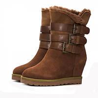 Стильные зимние женские ботинки из замши, на натуральном меху. На устойчивой платформе. Высота танкетки 8 см.