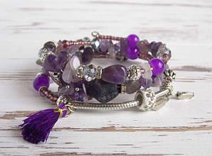 Браслет-пружина фиолетовый с аметистом, шармами и подвесками