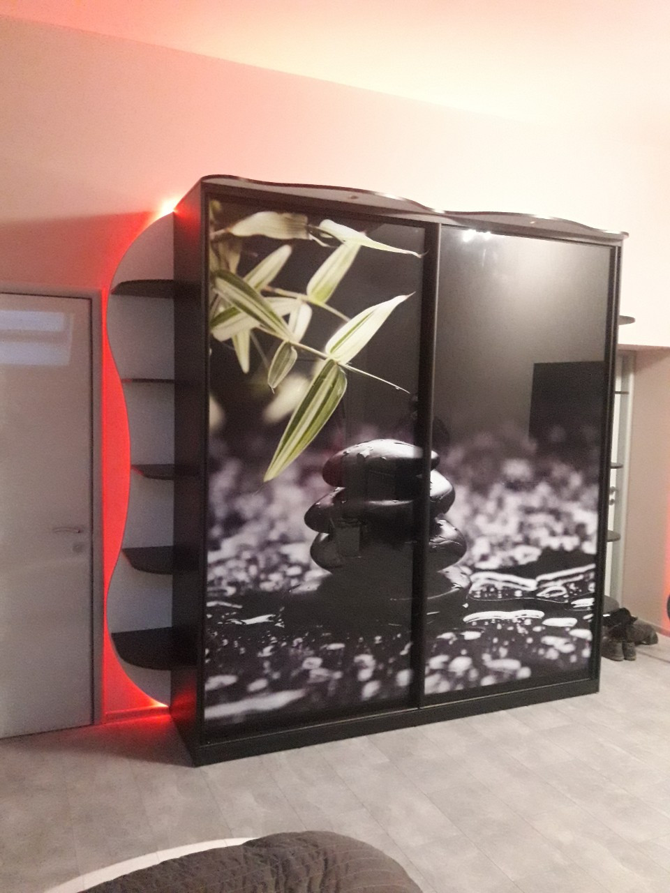 Шкаф с подсветкой по периметру и фотопечатью. Шкафы-купе на заказ Днепр.