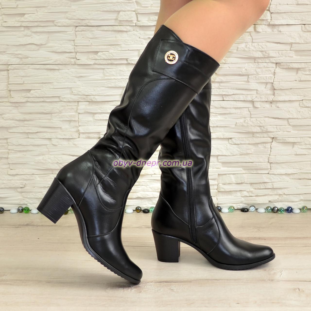 Женские   черные кожаные сапоги на устойчивом каблуке, декорированы фурнитурой