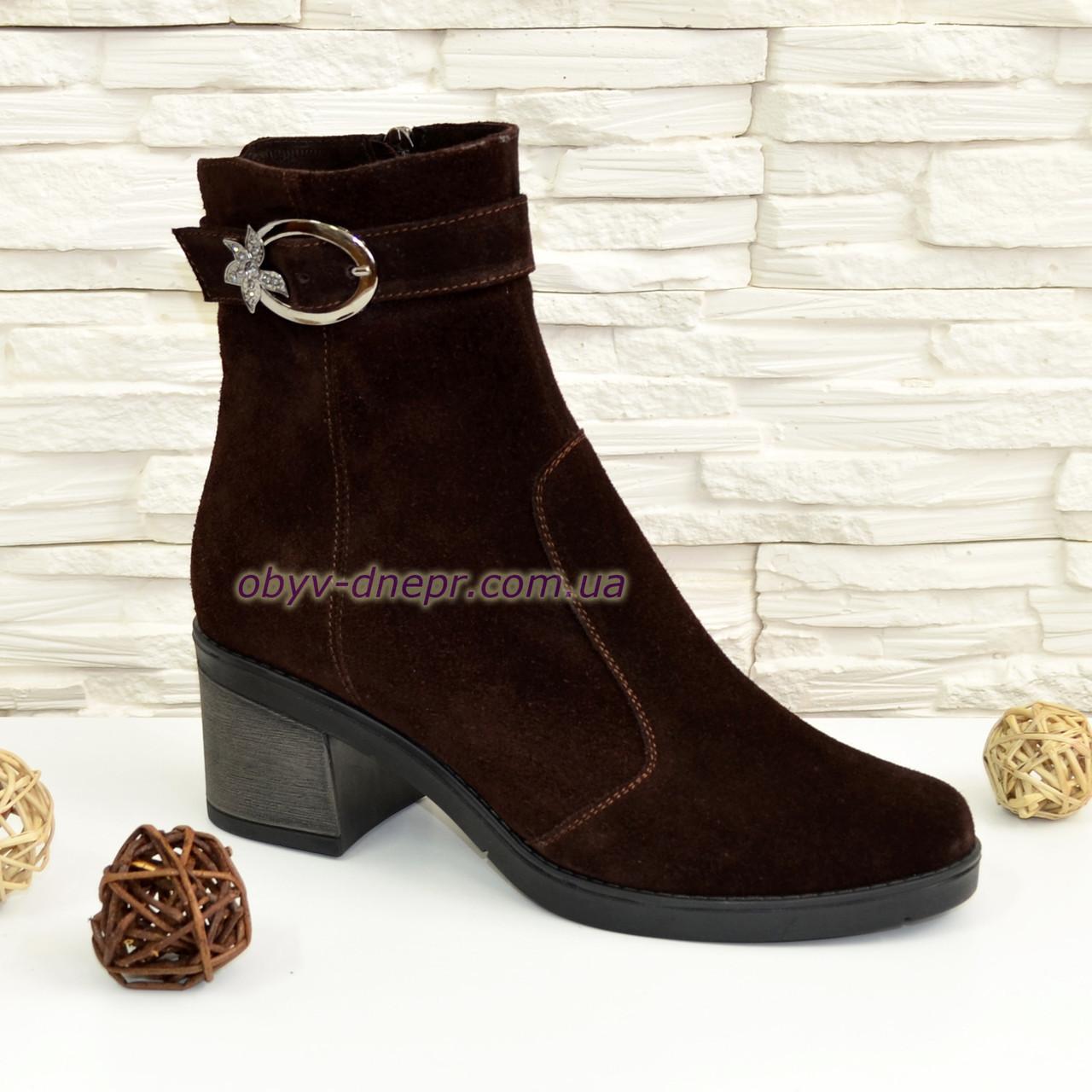 Ботинки коричневые женские замшевые  , декорированы ремешком