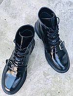 Стильные демисезонные лакированные женские ботинки с пряжкой